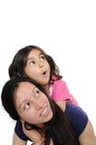 Indische moeder die haar jong geitje over haar tegenhoudt. Royalty-vrije Stock Fotografie