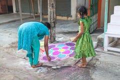Indische moeder en dochter het schilderen mandala Royalty-vrije Stock Afbeeldingen