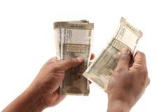 Indische muntnota's en stuk speelgoed auto in het concept van de handenbanklening stock afbeelding
