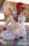 Indische musicus die in traditionele kleding muzikale instrumenten spelen Stock Foto