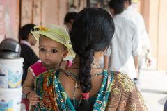 Indische Mutter, die ihre Tochter auf ihrem Arm hält Stockfotos