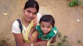 Indische Mutter mit ihrem Kinder-glücklichen Moment Lizenzfreie Stockfotos
