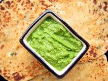 Indische Nahrung-Paratha und Chutney lizenzfreies stockfoto