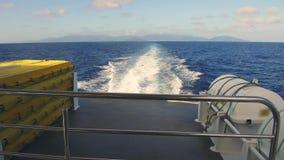 Indische Oceaan en het verlaten van bootspoor op water stock videobeelden