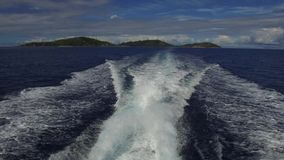 Indische Oceaan en het verlaten van bootspoor op water stock footage