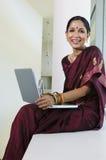 Indische Onderneemster Working On Laptop Stock Fotografie
