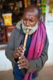 Indische oude mensen blazende hoorn royalty-vrije stock afbeelding