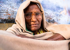 Indische oude vrouw in beige sjaal Royalty-vrije Stock Afbeeldingen