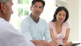 Indische Paar-Sitzung mit Finanzberater zu Hause stock footage