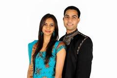 Indische Paare in der traditionellen Abnutzung. Stockbild