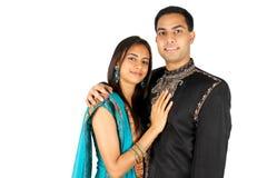 Indische Paare in der traditionellen Abnutzung. Lizenzfreie Stockfotografie