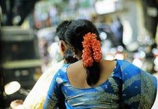 Indische Paare, die in Motorrad antreiben Stockfotografie