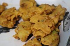 Indische pakoda van Voedselsnacks op plaat stock foto's