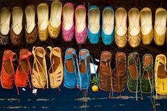 Indische pantoffels in de markt Stock Foto