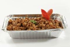Indische plantaardige masala van schotelchana in het dienblad van de metaalfolie royalty-vrije stock foto