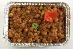 Indische plantaardige masala van schotelchana in het dienblad van de metaalfolie royalty-vrije stock foto's