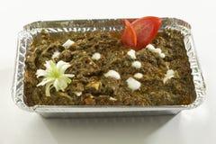 Indische plantaardige Spinazie met kwark in het dienblad van de metaalfolie met rauwe groenten royalty-vrije stock fotografie