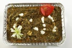 Indische plantaardige Spinazie met kwark in het dienblad van de metaalfolie met rauwe groenten royalty-vrije stock foto