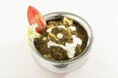Indische plantaardige Spinazie met kwark met rauwe groenten stock afbeeldingen