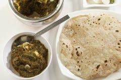 Indische plantaardige voedselspinazie met kwark met rauwe groenten met chapati stock foto's