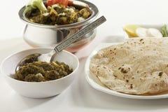 Indische plantaardige voedselspinazie met kwark met rauwe groenten met chapati stock foto