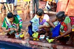 Indische plattelandsvrouw die rivierkshipra in grote kumbhmela worshiping, Ujjain, India Royalty-vrije Stock Afbeeldingen