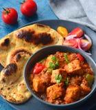 Indische Punjabi-Mahlzeit - Kadai Paneer mit roti und Salat Stockfotografie