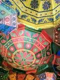 Indische Regenschirme im Dach Stockbild