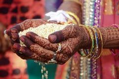 Indische Rituelen van een de Indische Bruidperfoming voor Haar Huwelijk Royalty-vrije Stock Foto's