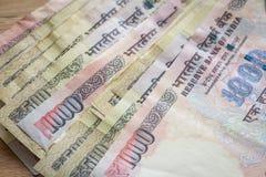 Indische Rupie der höchsten Bezeichnungen zurückgenommen von der Zirkulation stockfotos