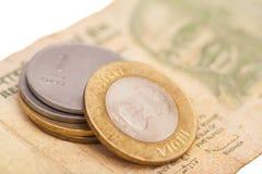 Indische Rupien-Banknoten und Münzen Stockfotos