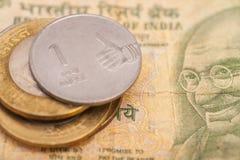 Indische Rupien-Banknoten und Münzen Stockfoto