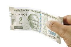 Indische Rupien in der Hand Stockbild