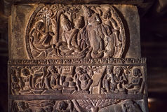 Indische Südleute und Leben in den alten Dörfern, geschnitzte Wand innerhalb der Tempel des 7. Jahrhunderts in Pattadakal, Indien Stockfoto