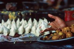 Indische samosas in hun typische driehoekige die vorm, traditioneel met groenten en kruiden, Noord-India wordt gevuld royalty-vrije stock foto