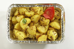 Indische schotel gebraden aardappel met komijn in het dienblad van de metaalfolie royalty-vrije stock fotografie