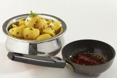 Indische schotel gebraden aardappel met komijn samen met komijn en koel in olie royalty-vrije stock afbeelding