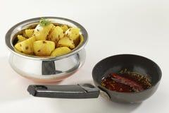 Indische schotel gebraden aardappel met komijn samen met komijn en koel in olie royalty-vrije stock foto's