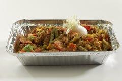 Indische schotel Gemengde groenten in het dienblad van de metaalfolie stock foto's