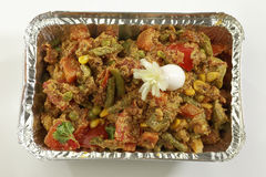 Indische schotel Gemengde groenten in het dienblad van de metaalfolie royalty-vrije stock afbeelding
