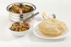 Indische schotel Gemengde groenten samen met Puri het gebraden Indische brood stock afbeeldingen
