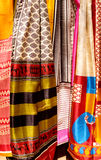 Indische sjaals in een markt royalty-vrije stock afbeelding