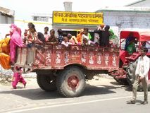 Indische slechte viillagesmensen op raod stock foto