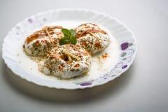 Indische smakelijke Dahi Vada van het straatvoedsel Stock Afbeeldingen