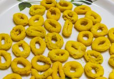 Indische snackschakli heeft op een plaat voor ontbijt gediend stock fotografie