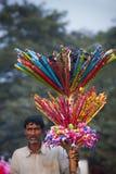 Indische speelgoedverkoper - Olifantsfestival, Chitwan 2013, Nepal Royalty-vrije Stock Foto's