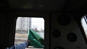 Indische Spoorweg: groene vlag om al duidelijk te tonen stock videobeelden