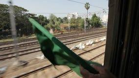 Indische Spoorweg: groene vlag om al duidelijk te tonen stock video