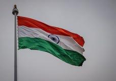 Indische Staatsflagge, die in den Himmel wellenartig bewegt lizenzfreie stockfotografie