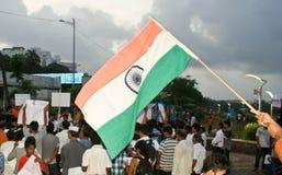 Indische Staatsflagge wellenartig bewogen während der Protestsammlung Stockfotografie